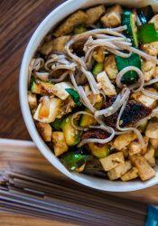 Boekweitpasta met groenten en tofu