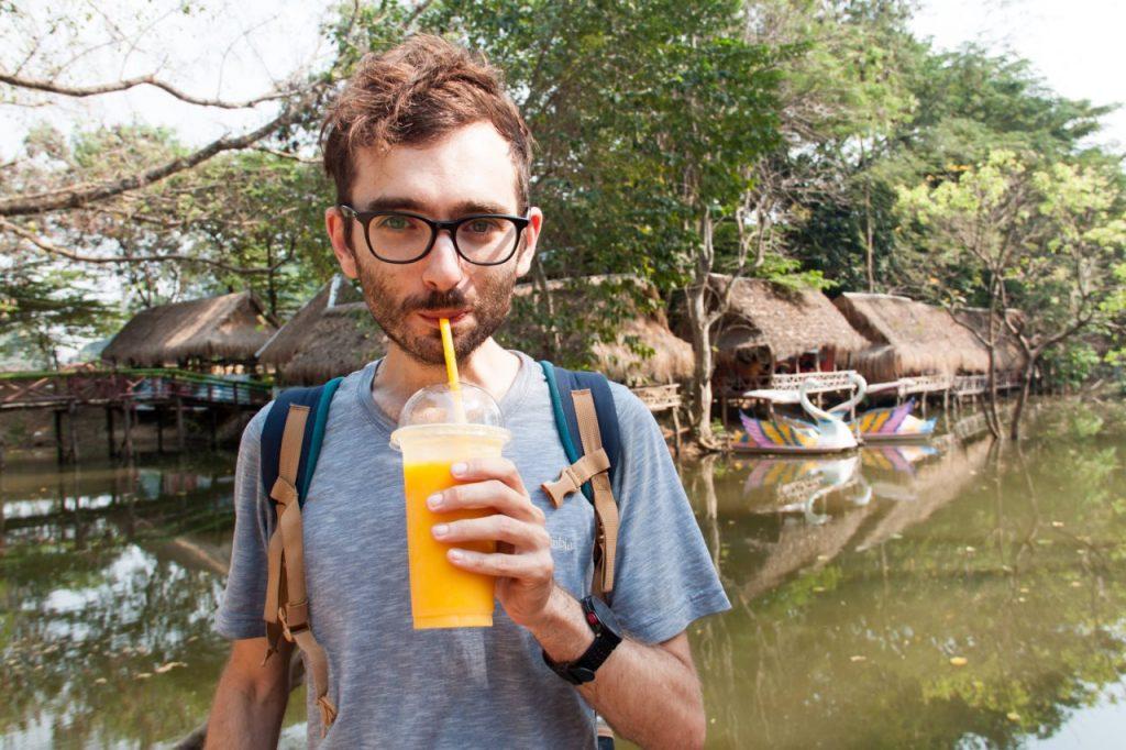 Ik met een suikervrije mangosmoothie in Cambodja