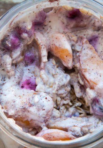 Overnight oats met yoghurt, rood fruit en perzik