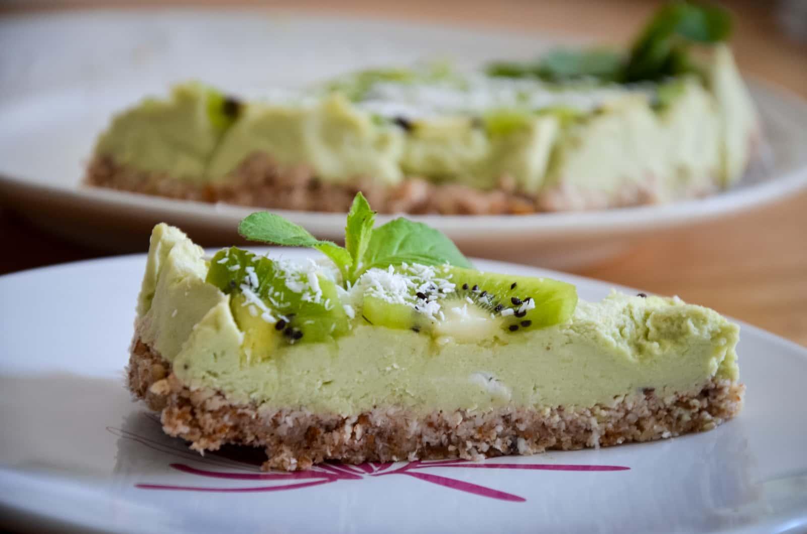 Een punt rauwe avocado-citroentaart met kiwi