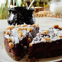 Raw chocoladetaart in hartvorm