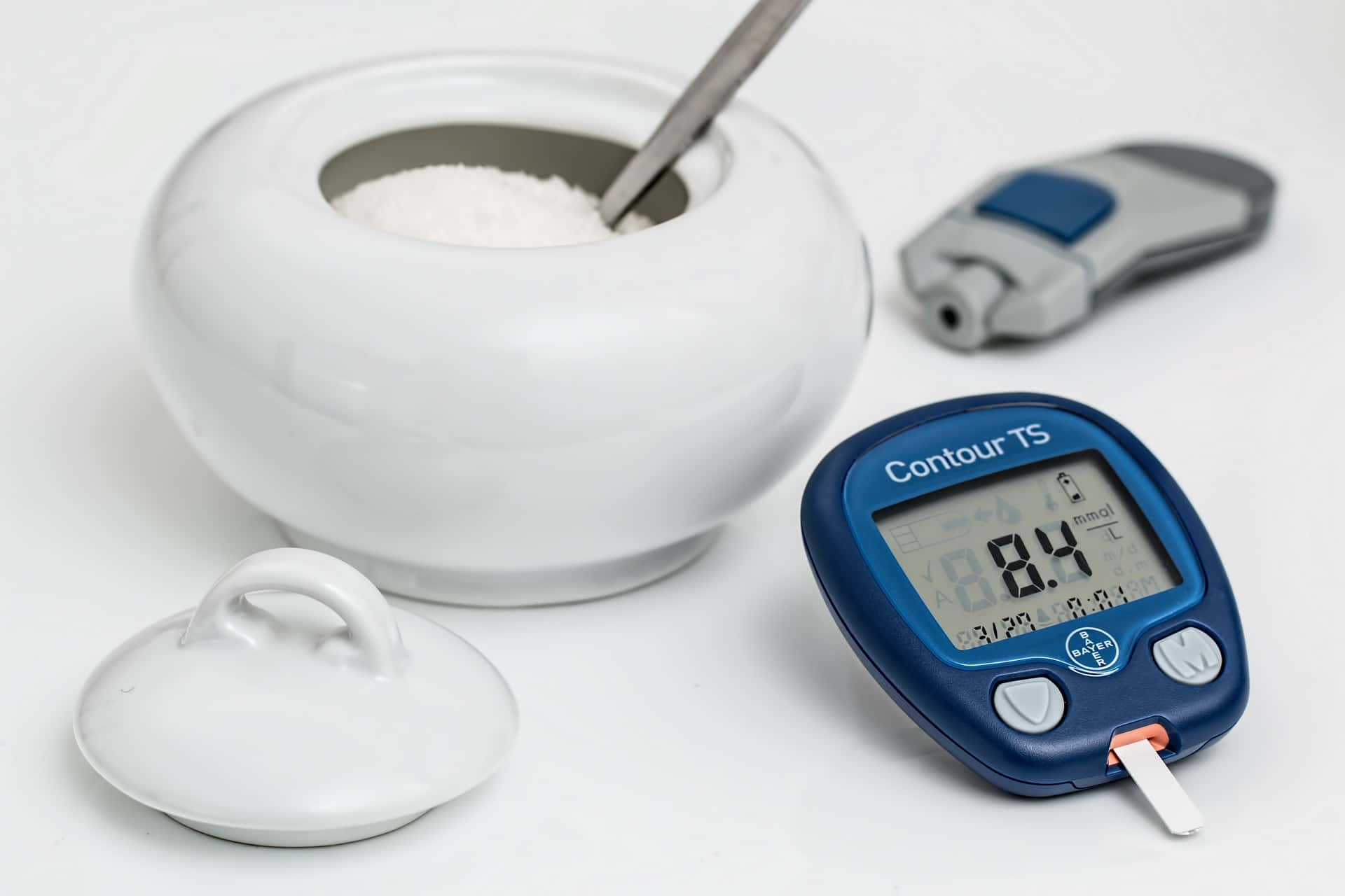 Een bakje suiker met een glucosemeter voor mensen met suikerziekte
